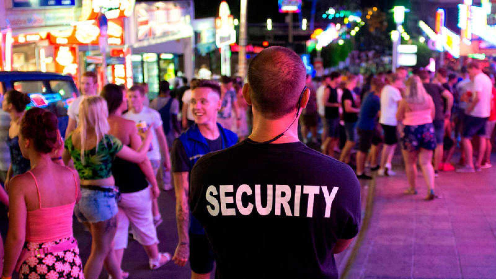 Un miembro de seguridad en la zona turística de Magaluf, en Mallorca