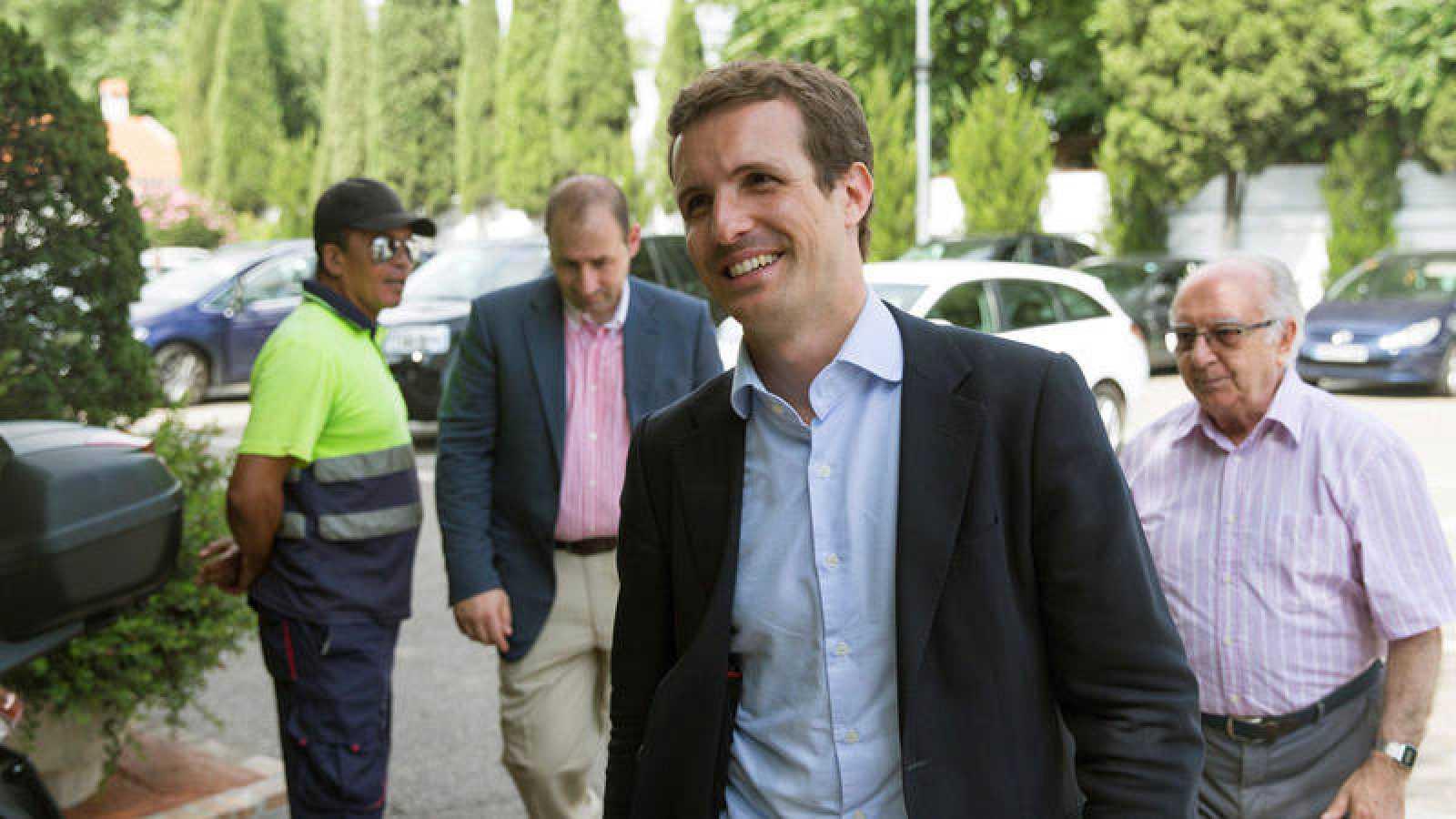 Pablo Casado, recién elegido presidente del PP, a su llegada a un restaurante de Madrid