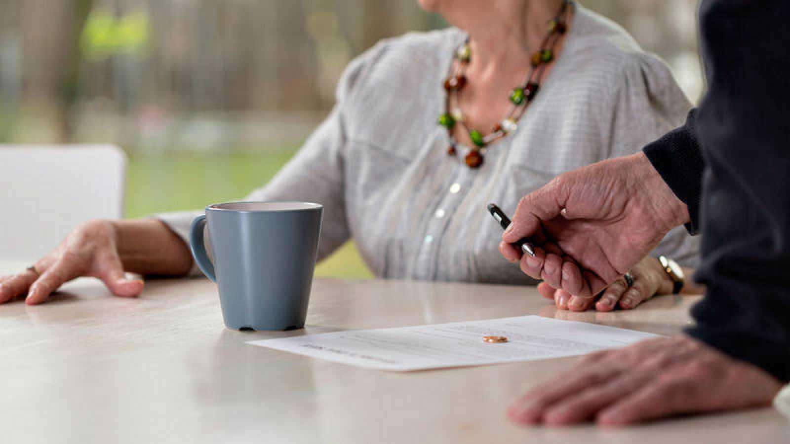 La pensión compensatoria por divorcio debe extinguirse cuando el excónyuge receptor convive con una nueva pareja, según el Supremo