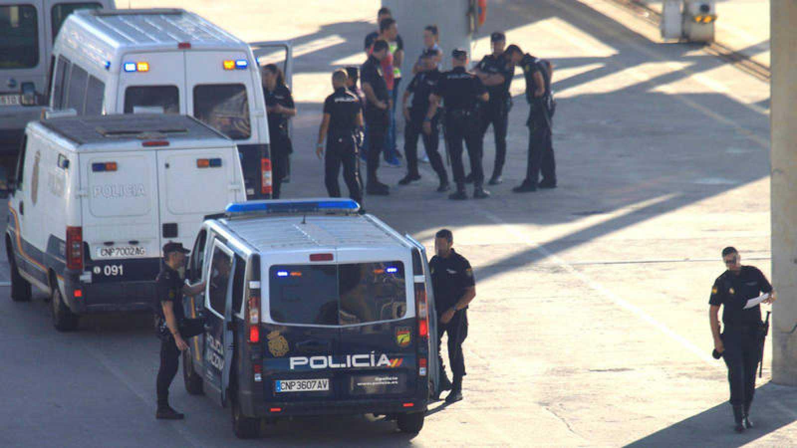 Furgones de la Policía Nacional en la zona de embarque del puerto de Algeciras.