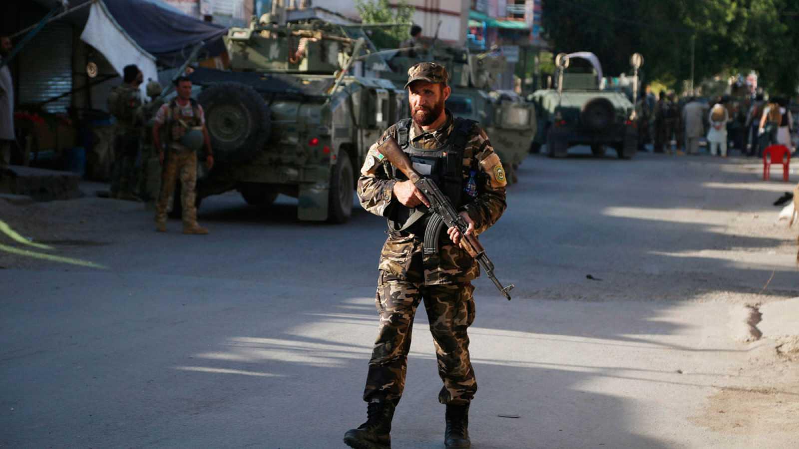 Un oficial de seguridad monta guardia en la escena del ataque a la sede provincial del Ministerio afgano de Refugiados en la ciudad de Jalalabad