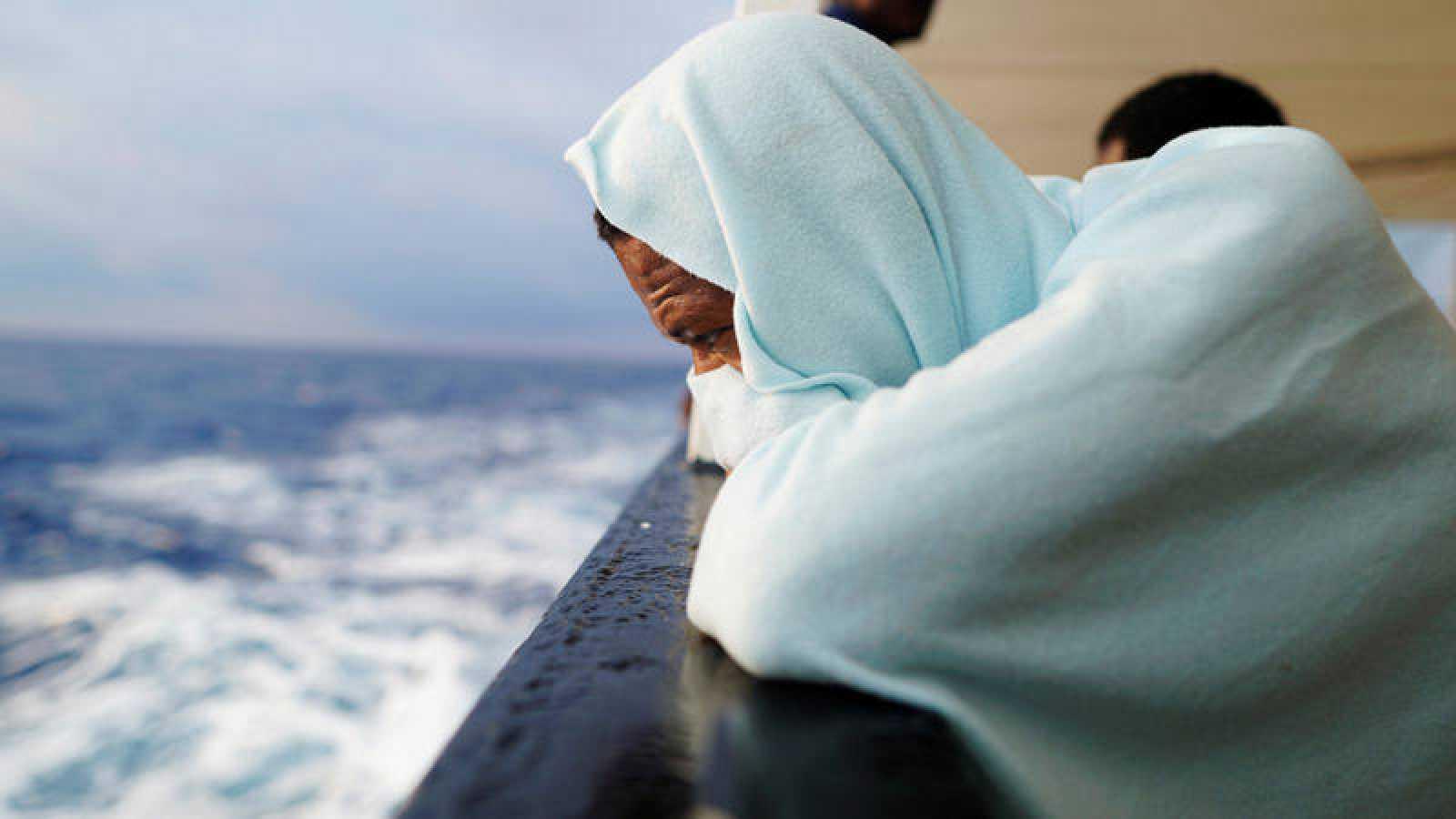 En una imagen de archivo, un migrante observa el Mediterráneo desde el Open Arms