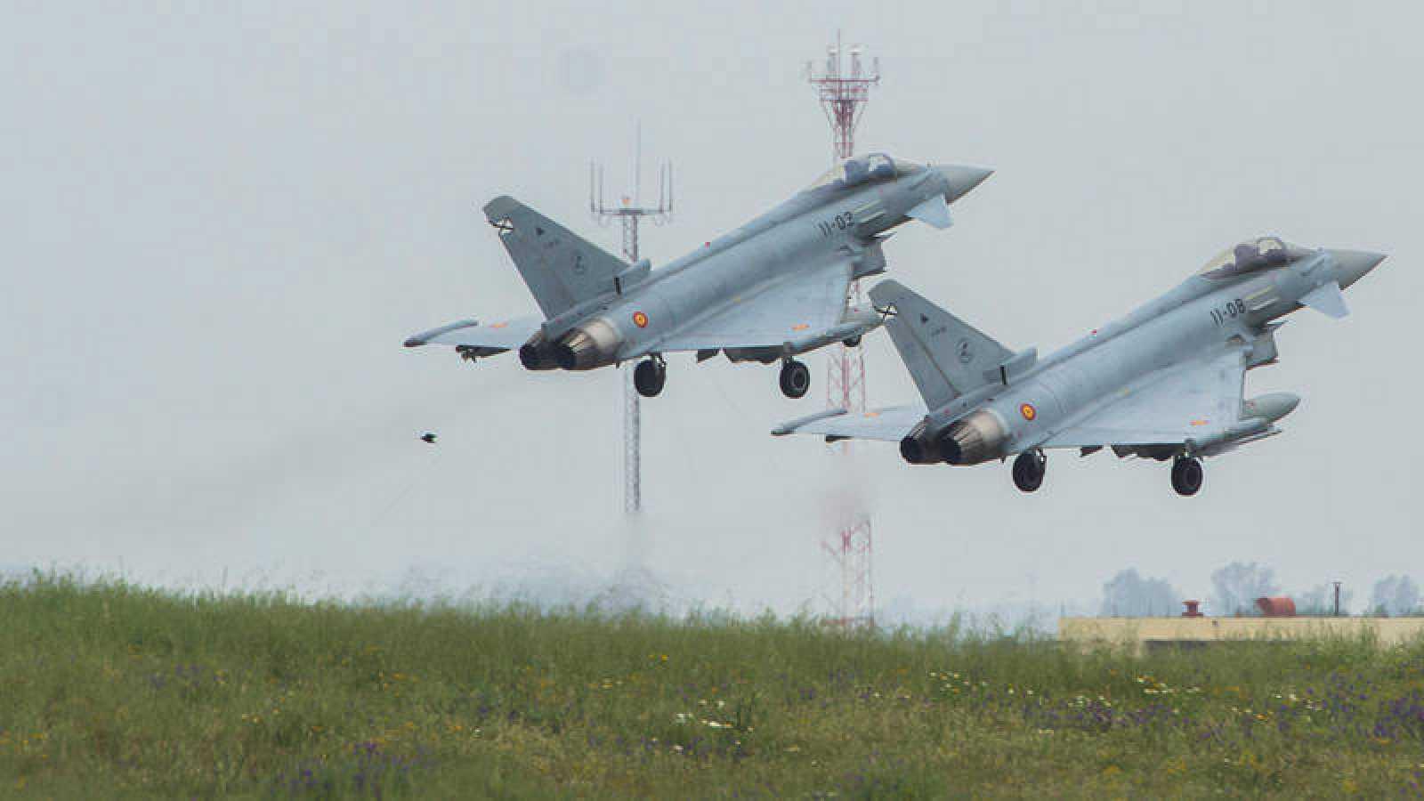 Dos Eurofighter de la base aérea de Morón, antes de partir hacia Siauliai (Lituania), para participar en la misión de Policía Aérea del Báltico (BAP).