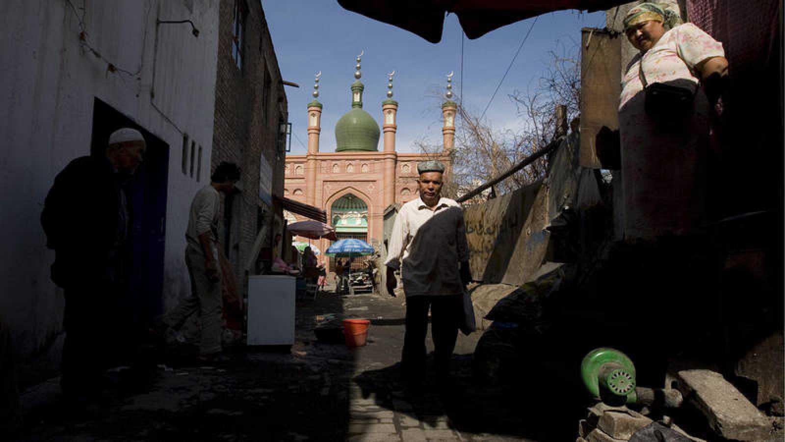 Imagen de archivo (2009) de uigures cerca a una mezquita en Urumqi, provincia de Xinjiang (China)