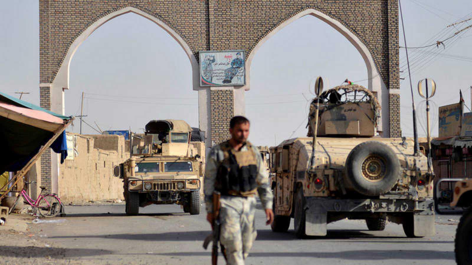Un guardia de seguridad afgano en Ghazni, este del país, durante la ofensiva de los talibanes
