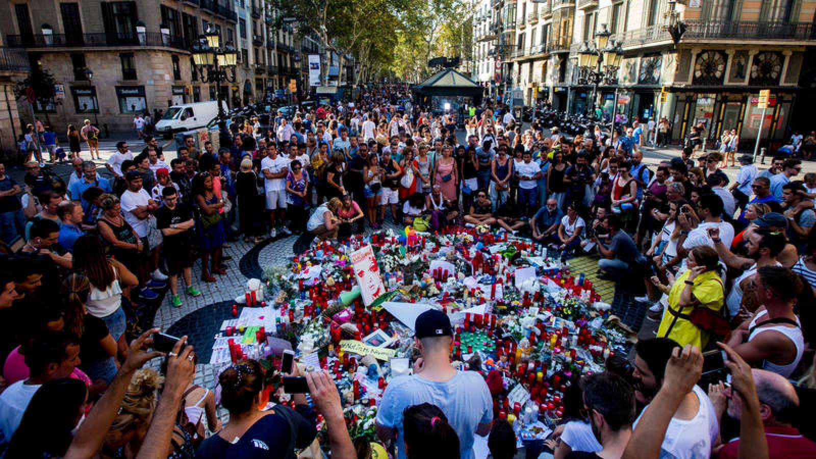 Imagen de archivo del homenaje sobre el mosaico de Miró en La Rambla tras los atentados