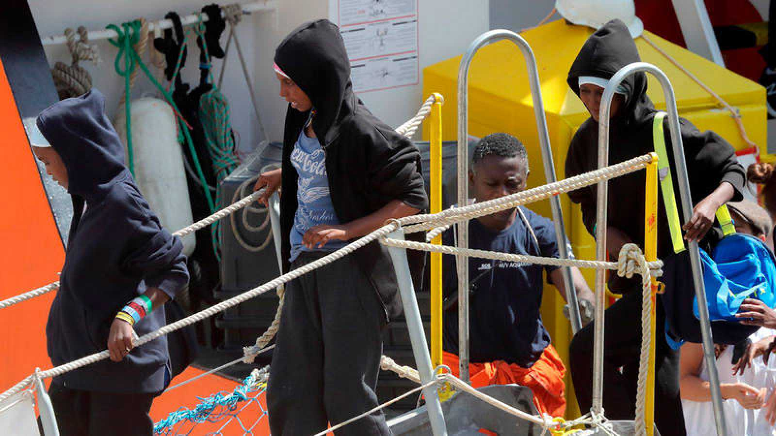 Desembarco de varios inmigrantes del barco Aquarius en el puerto maltés de La Valeta (Malta) el pasado 15 de agosto