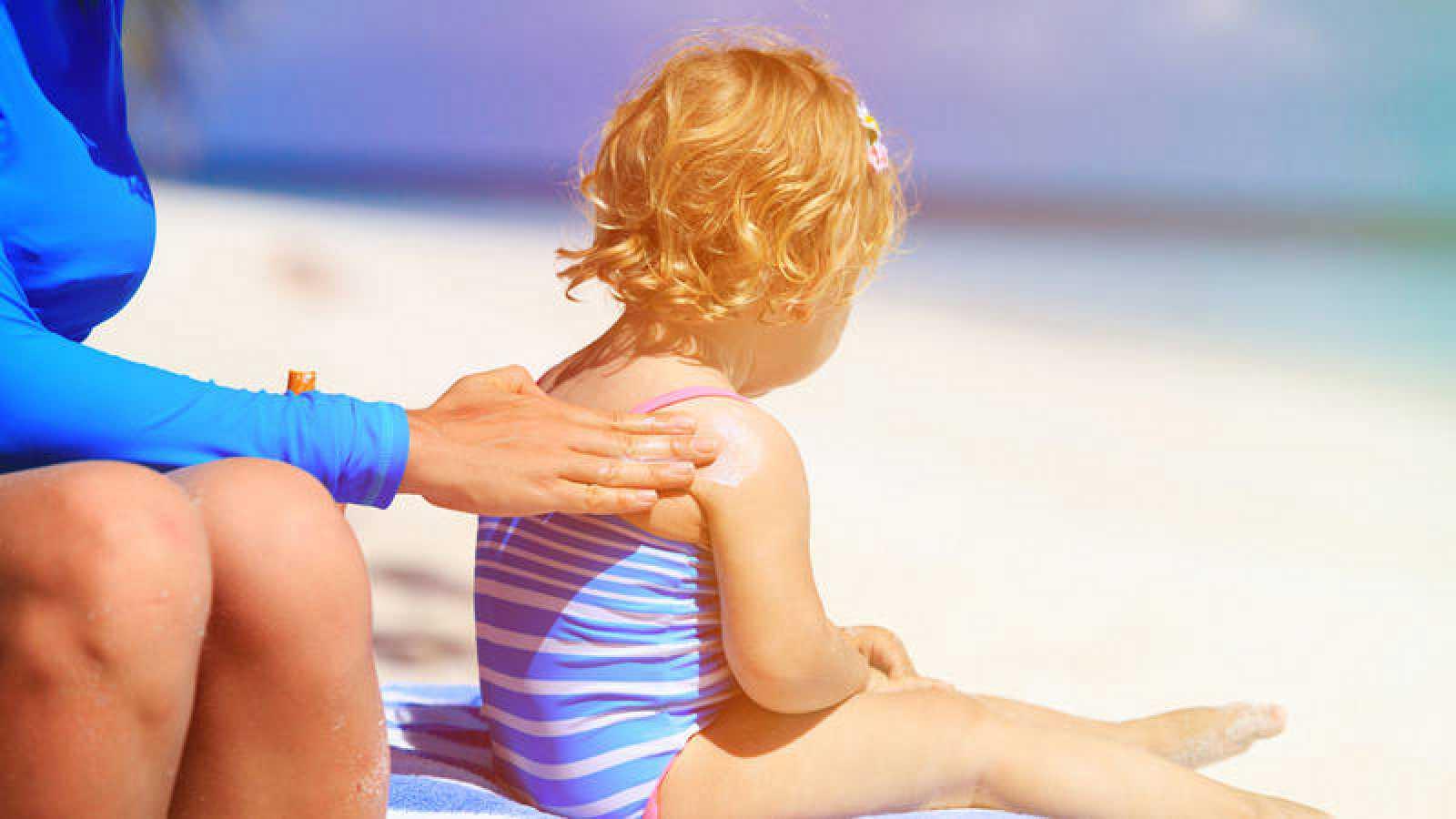 Los científicos recalcan que es importante que los que toman el sol continúen usando protector solar para la protección de la piel.