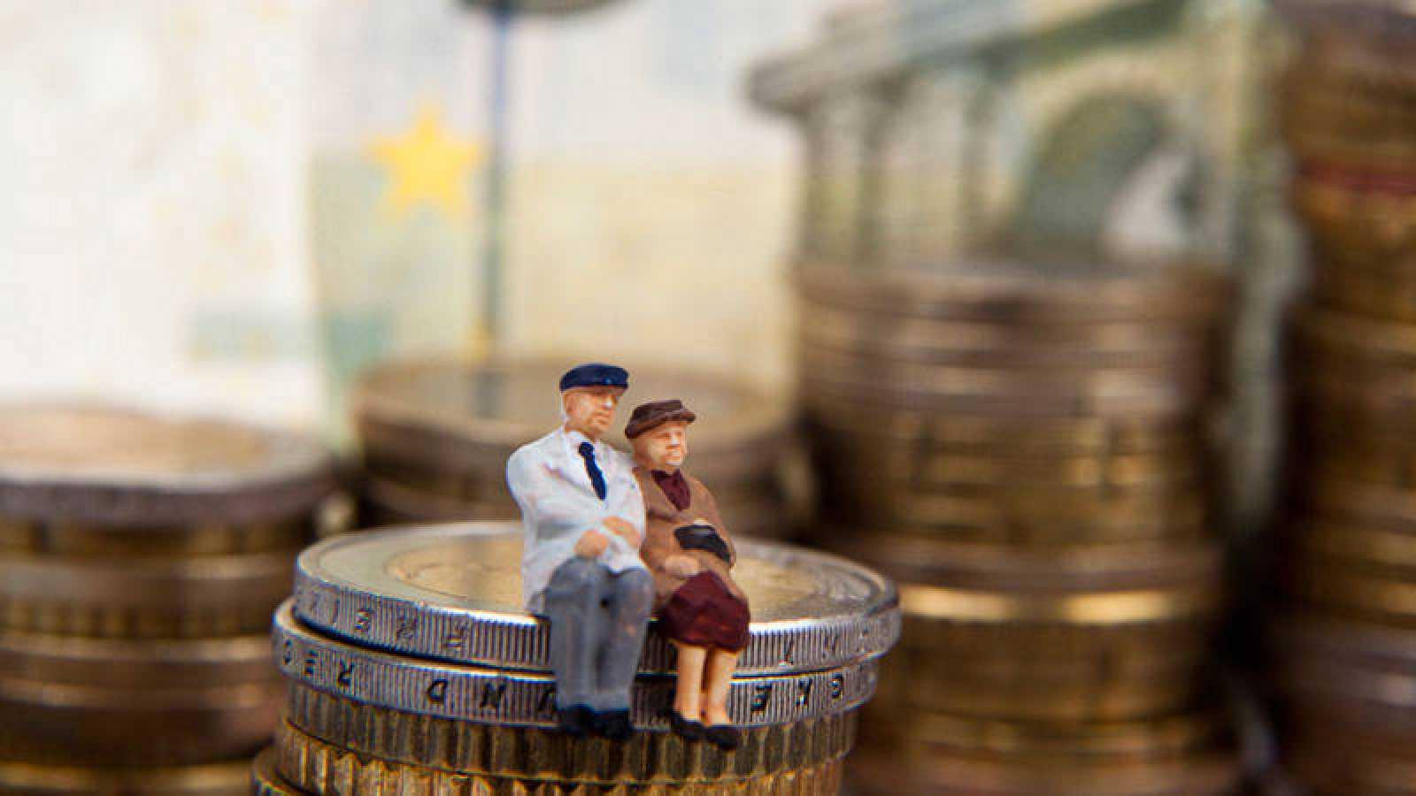 Ilustración de dos ancianos sobre una columna de monedas de euro