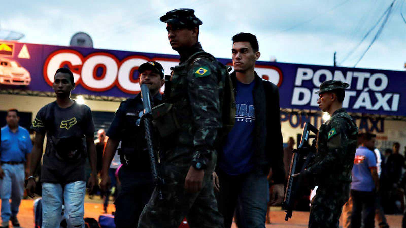 Soldados brasileños patrullan junto al paso de Paracaima, en el estado de Roraima, fronterizo con Venezuela