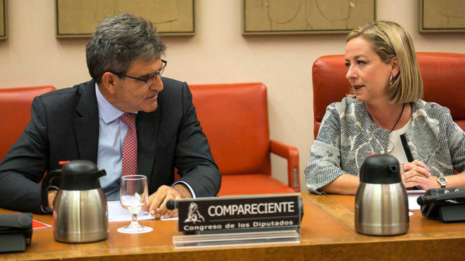 El consejero delegado del Banco Santander, José Antonio Álvarez, y la presidenta de la Comisión, Ana Oramas, durante su comparecencia en la comisión parlamentaria que investiga la crisis financiera