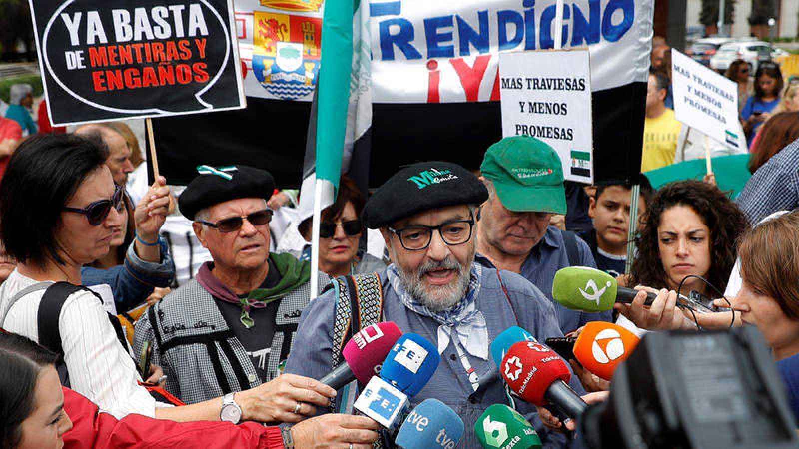 """Un representante de la Plataforma Ciudadana Milana Bonita hace declaraciones durante una manifestación en Madrid para exigir """"un tren digno"""" para Extremadura"""
