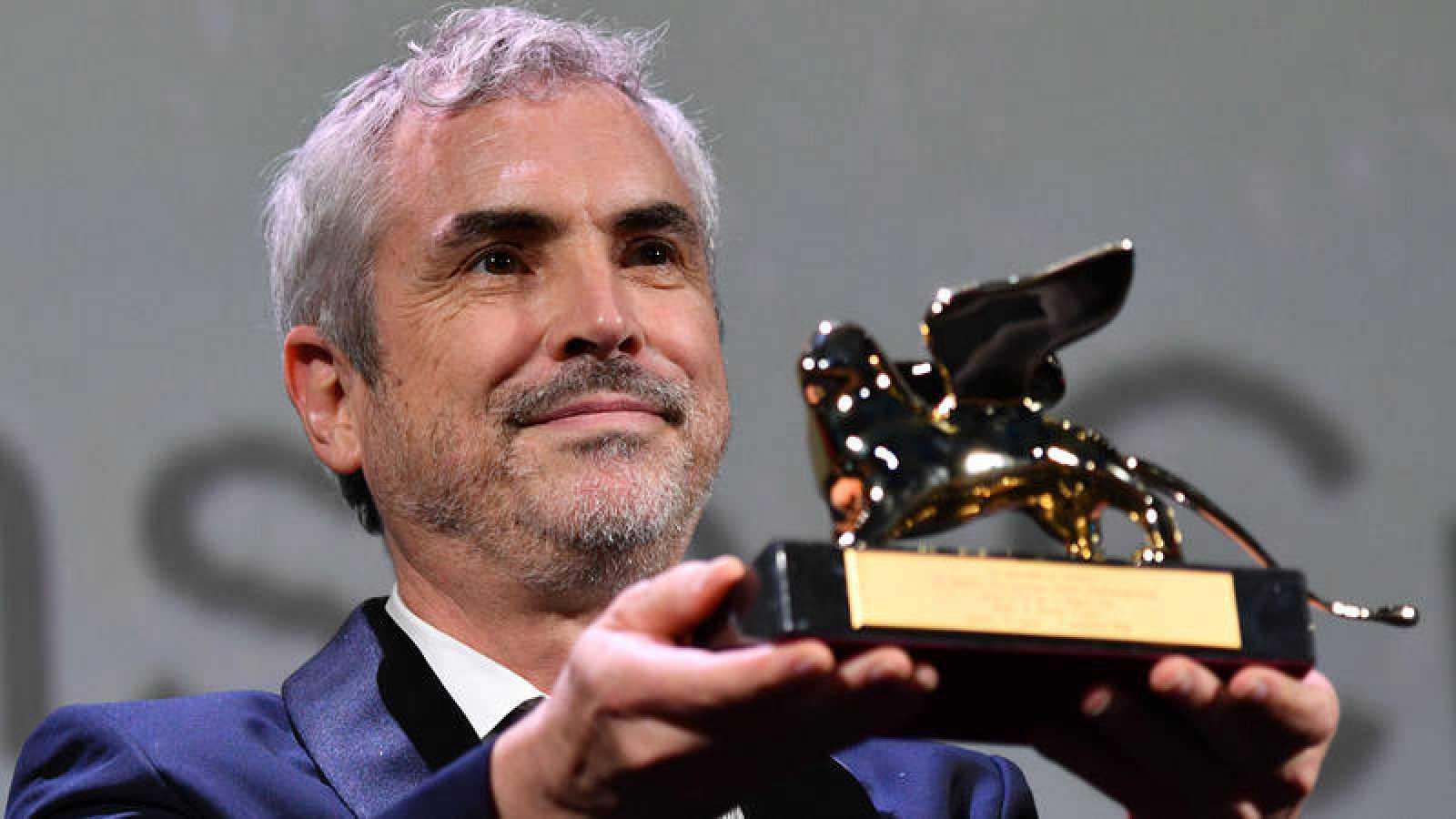Alfonso Cuarón posa con el León de Oro de Venecia