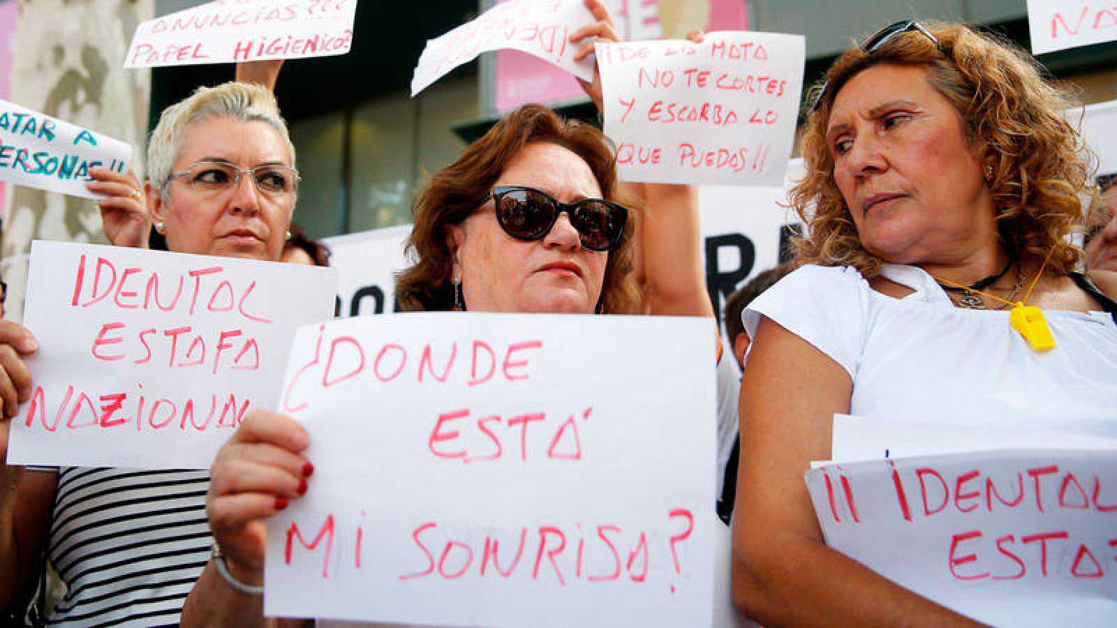 La Plataforma de afectadas por la estafa de iDental de Valencia, en una concentración frente a la Conselleria de Sanidad el pasado mes de julio