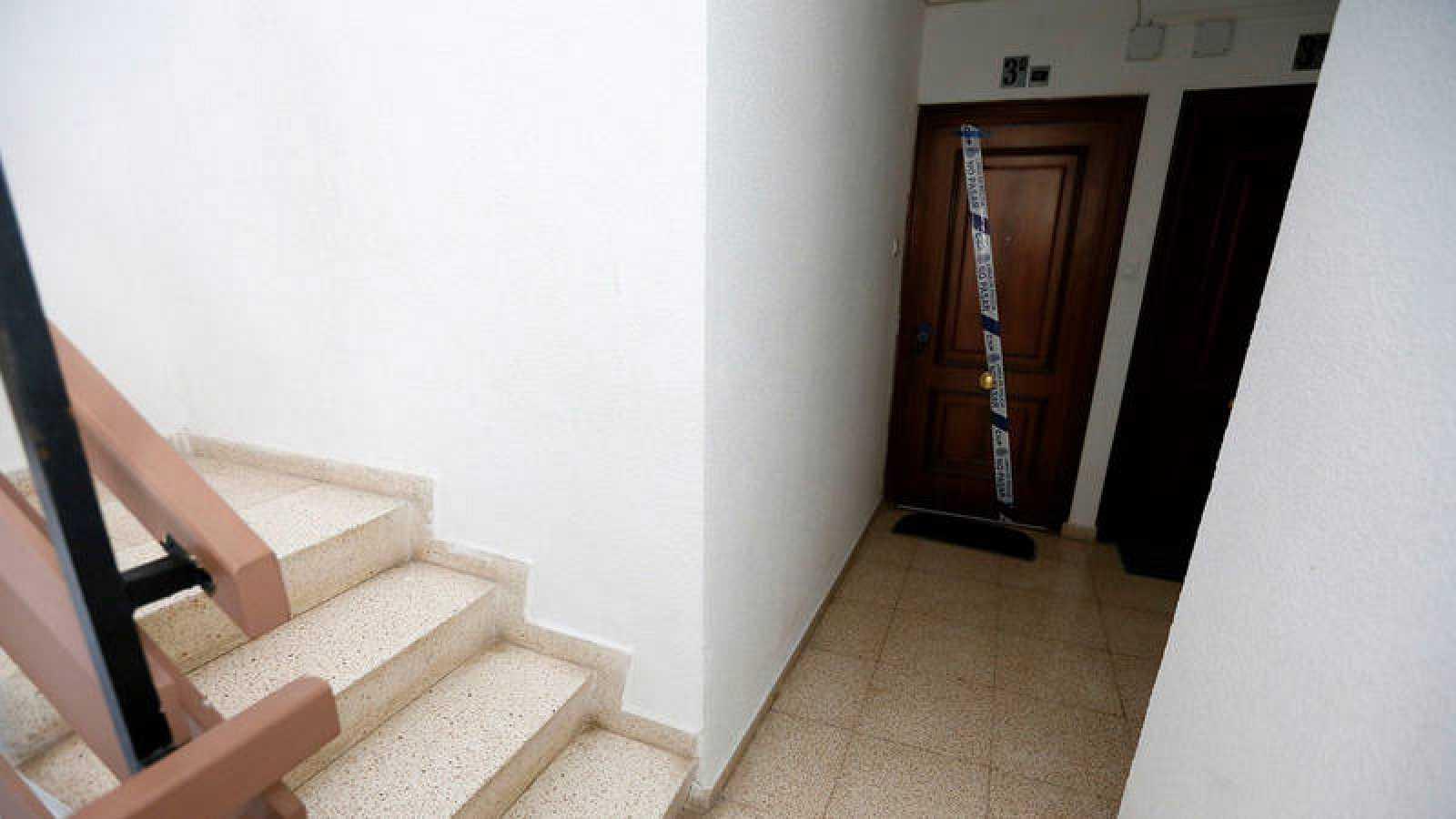 Domicilio situado en el barrio Juan XXIII de Alicante, donde un hombre de 44 años ha sido detenido por, presuntamente, matar a un hermano de 42 años y a sus padres de 71 y 69 años, respectivamente. EFE/ Manuel