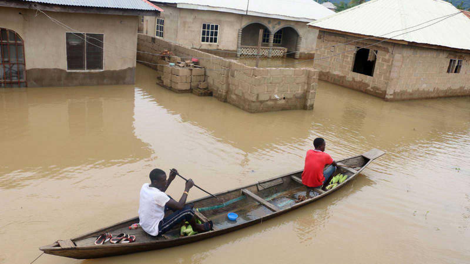 Un canoa avanza entre las casa inundadas en la ciudad de Lokoja, Nigeria
