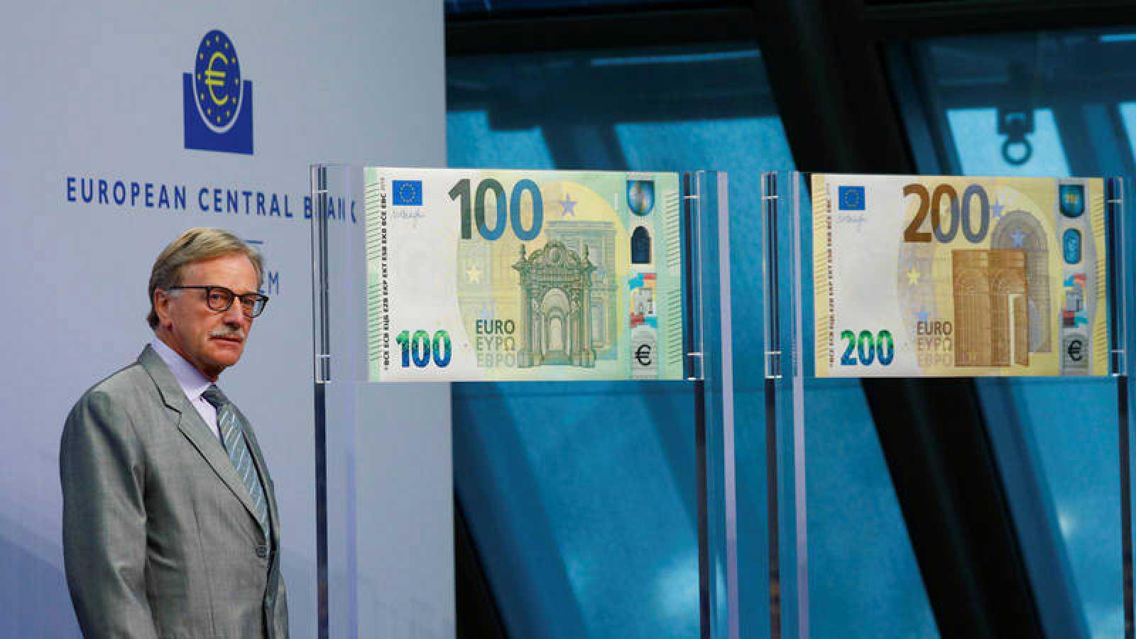 Yves Mersch ante los nuevos billetes de 100 y 200 euros