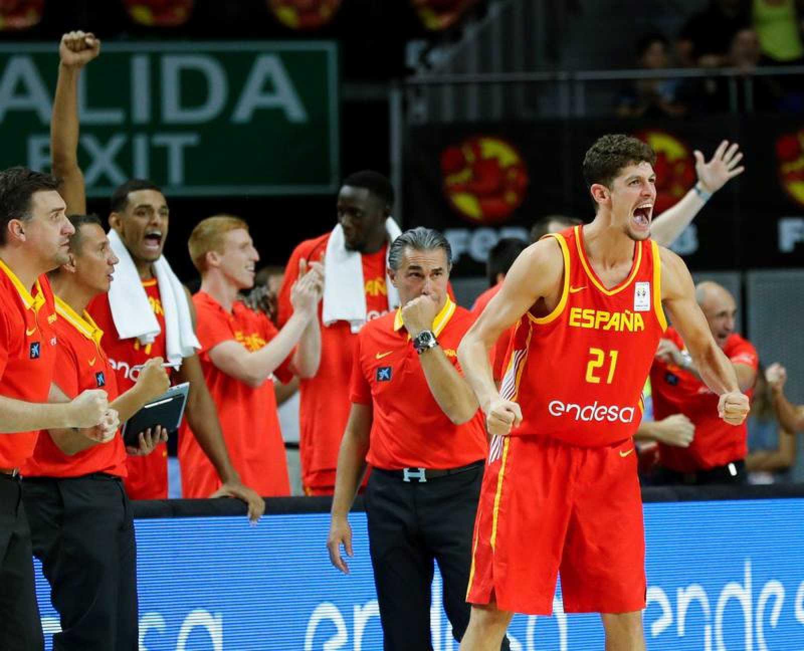 España celebra su victoria ante Letonia.