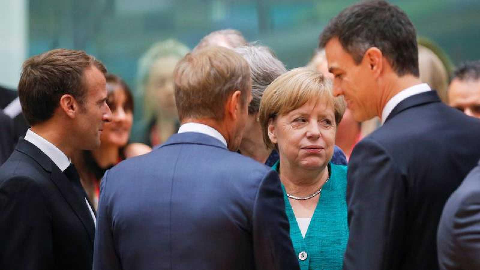 El presidente del Gobierno español, Pedro Sánchez, conversa con el presidente del Consejo Europeo, Donald Tusk, el presidente francés Emmanuel Macron, la canciller alemana Angela Merkel (Archivo)