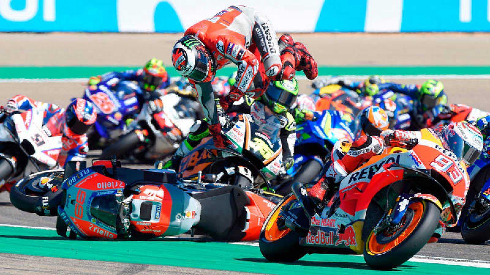 Jorge Lorenzo sufrió una caída en la primera vuelta del GP de Aragón.