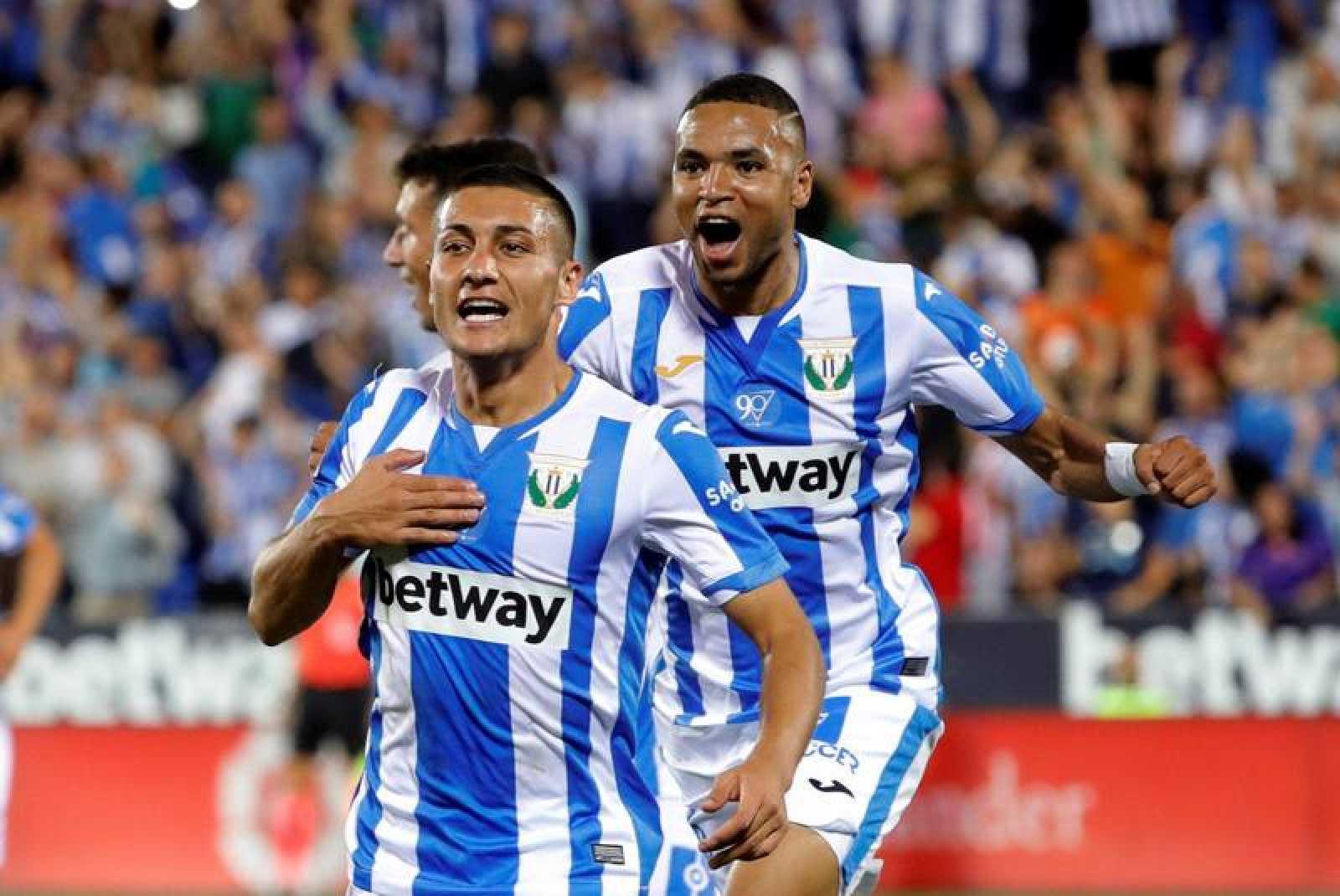 El centrocampista marroquí del Leganés Nabil El Zhar (i) celebra el primer gol de su equipo ante el FC Barcelona.