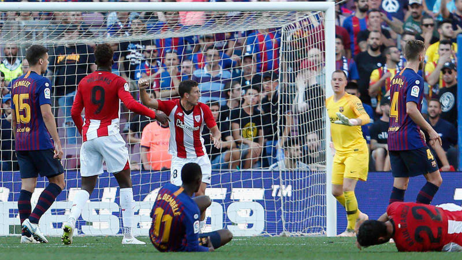 185374dabe4be Óscar de Marcos celebra el gol anotado en el Camp Nou.