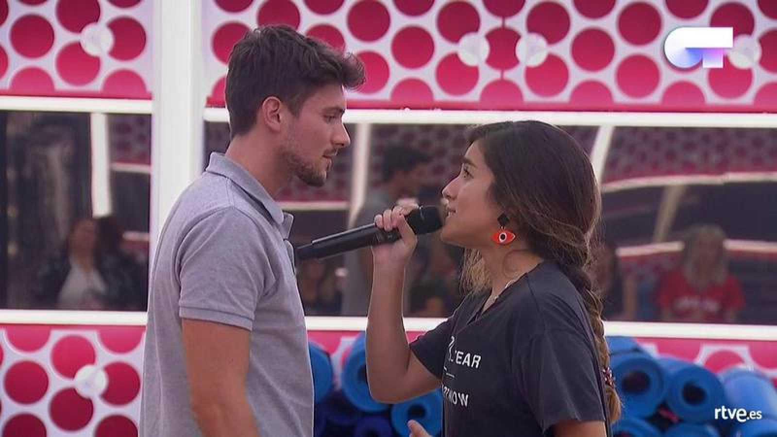 Julia y Carlos Right durante su actuación en el pase de micros