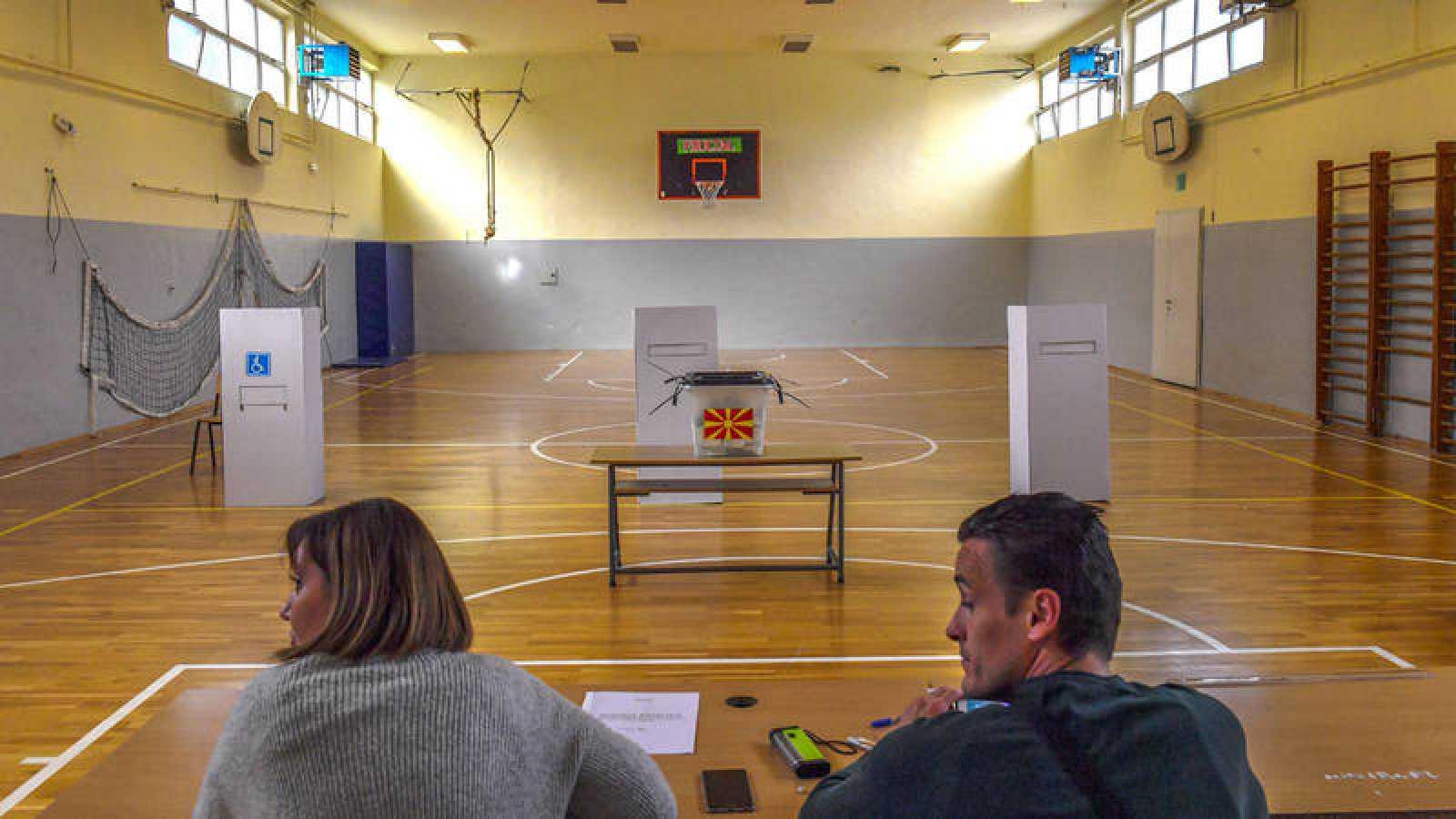 Un centro de votación vacío en Skopie
