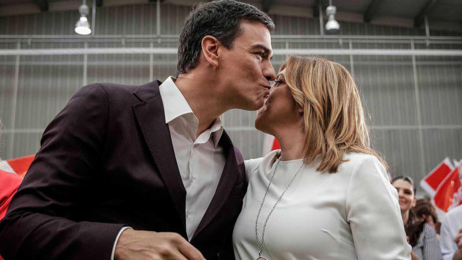 Pedro Sánchez y Susana Díaz se saludan en un acto del PSOE en 2016