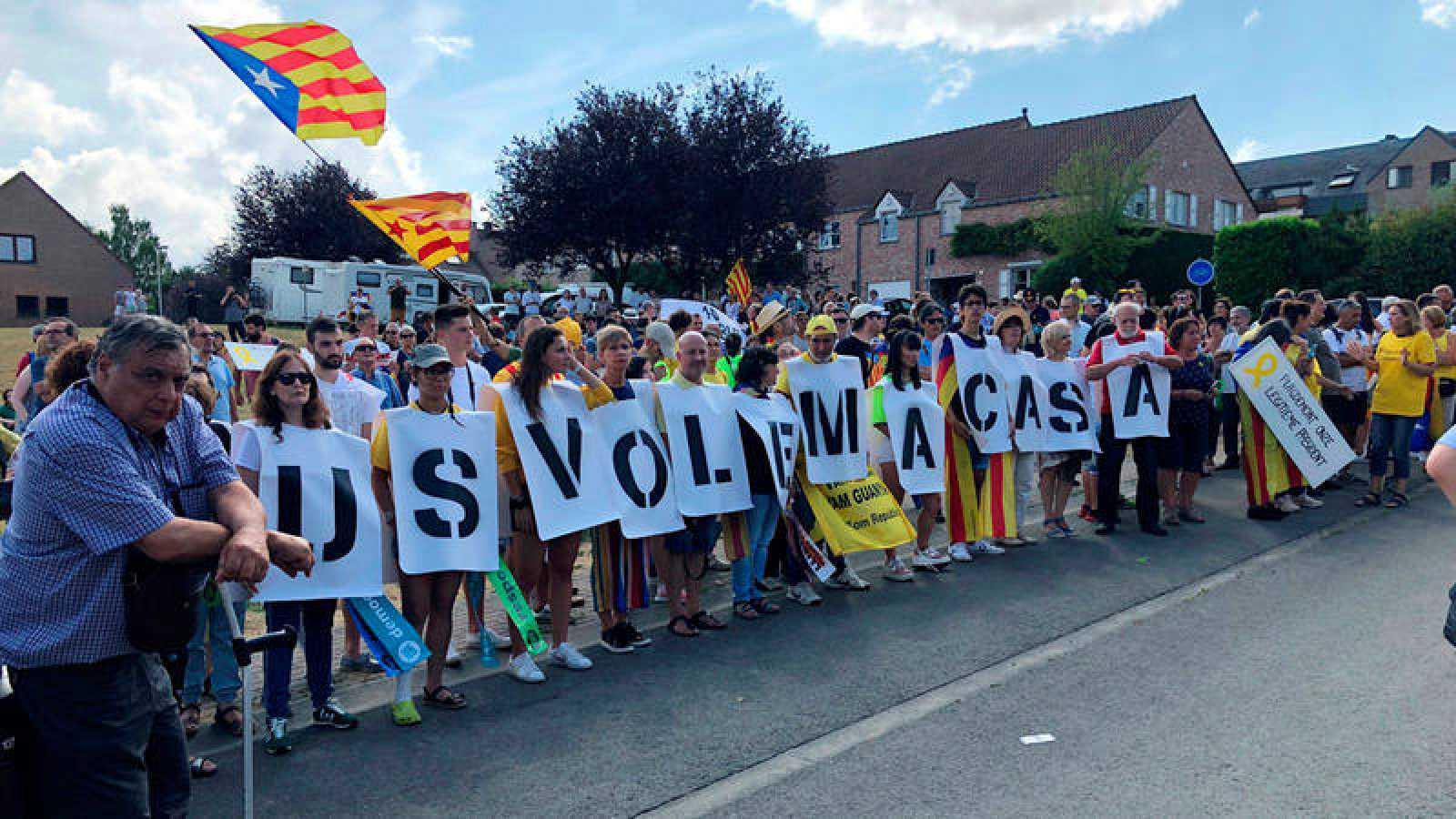 Manifestación de simpatizantes del independentismo para recibir al expresidente catalán, Carles Puigdemont, a su regreso a Bélgica