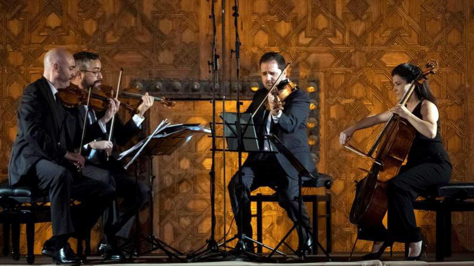 El Cuarteto Quiroga, cuarteto de cuerdas español de música clásica, durante una actuación en el patio de los Arrayanes de la Alhambra (Granada).