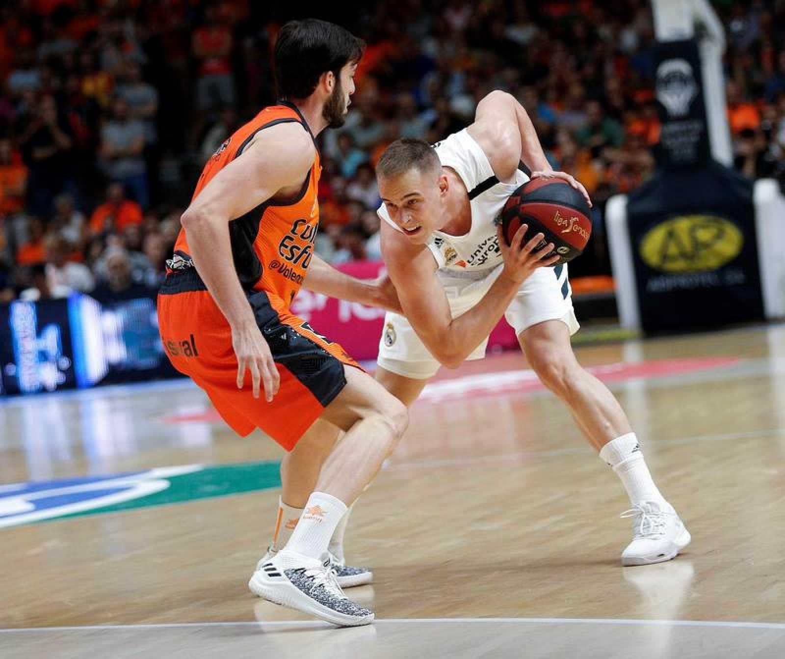 El escolta del Valencia Basket Sergi García (i) defiende al escolta esloveno del Real Madrid Klemen Prepelic en el partido de la segunda jornada de liga ACB que se disputa esta noche en el pabellón de la Fuente de San Luis.