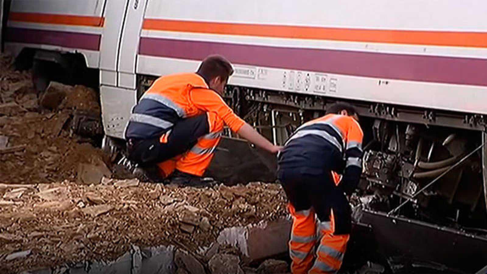 Dos operarios revisan un tren a su paso por Extremadura en una imagen de archivo