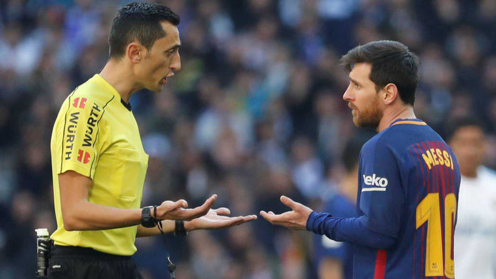El árbitro José Sánchez Martínez conversa con Leo Messi -gran ausencia del próximo Clásico- en el Madrid - Barça del pasado 23 de diciembre.