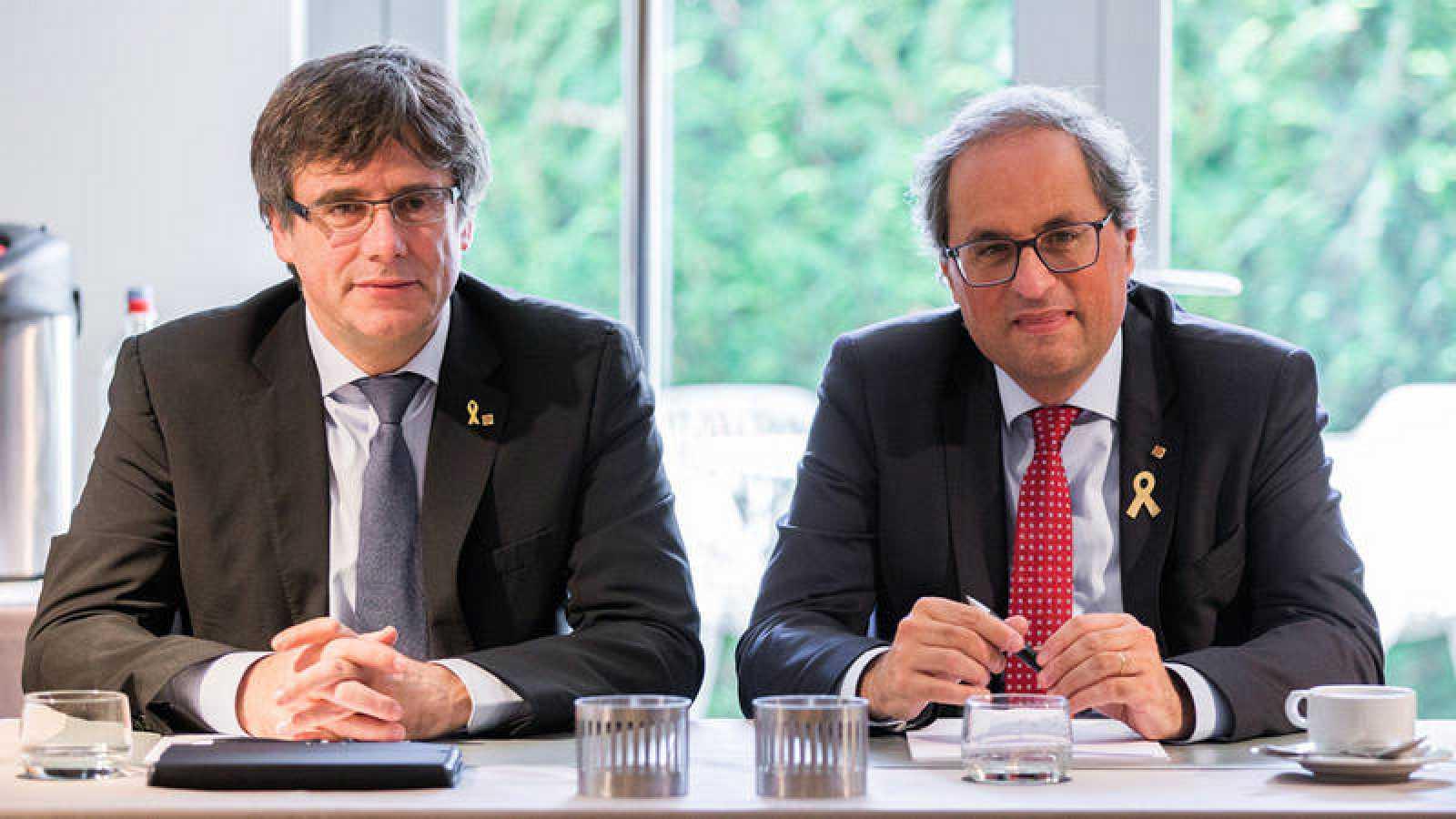 El presidente de la Generalitat, Quim Torra posa junto al expresidente catalán Carles Puigdemont, durante una reunión en Waterllo, Bélgica