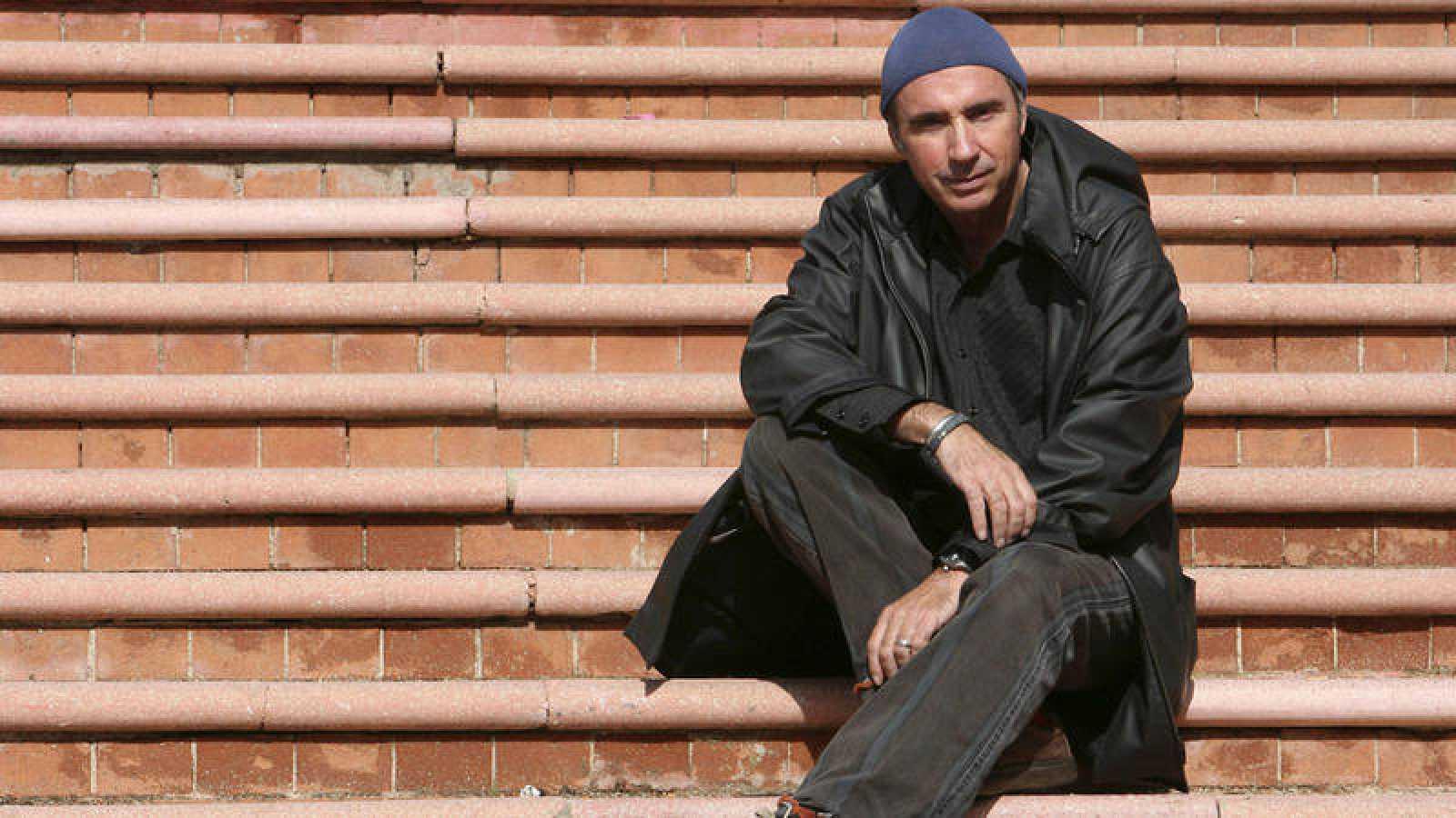 """El músico catalán Lluis Llach, en una imagen de archivo del año 2006, posa antes de presentar los cuatro conciertos que protagonizó en Madrid dentro de su gira """"40 años emocionándonos""""."""