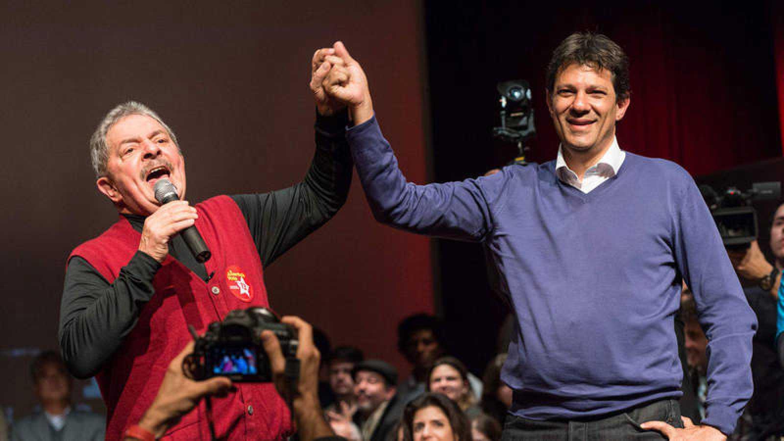 El expresidente brasileño Luiz Inácio Lula da Silva junto a Fernando Haddad, candidato por el Partido de los Trabajadores
