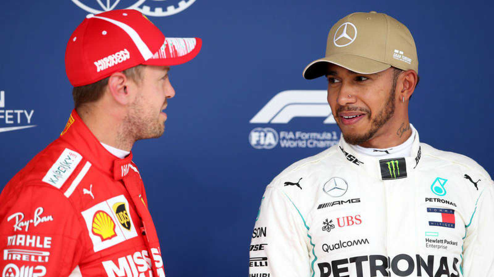 Lewis Hamilton (d) conversa con Sebastian Vettel (i)