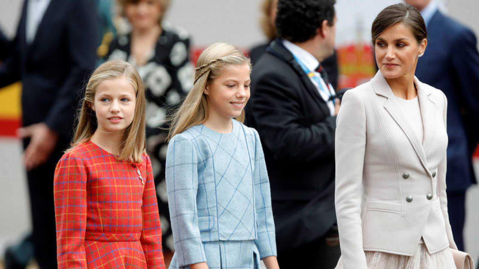 La reina Letizia, junto a sus hijas, la princesa Leonor, y la infanta Sofía, a su llegada al desfile con motivo del 12 de octubre