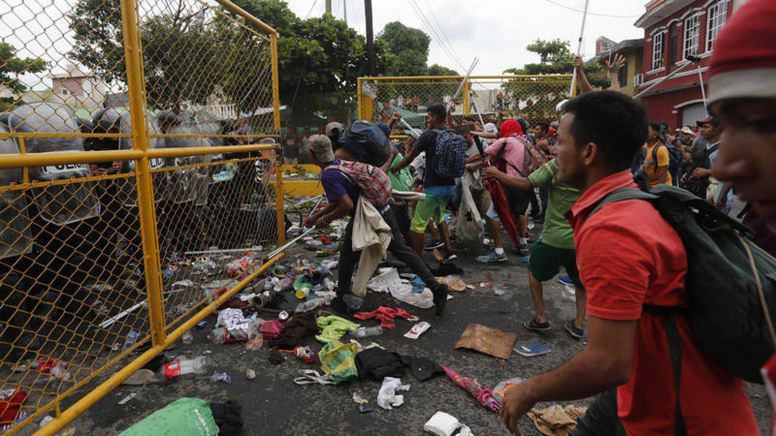 Cientos de migrantes centroamericanos se enfrentan a la policía en el paso fronterizo entre México y Guatemala