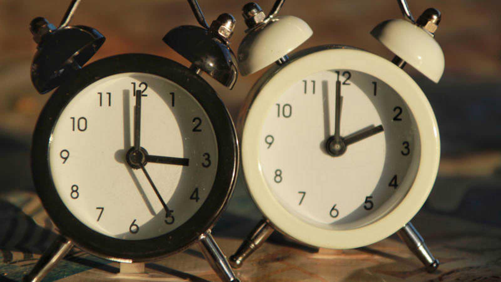 Todos los ciudadanos de la Unión Europea (UE) han retrasado este domingo sus relojes de acuerdo a una Directiva Europea en vigor desde 1974.