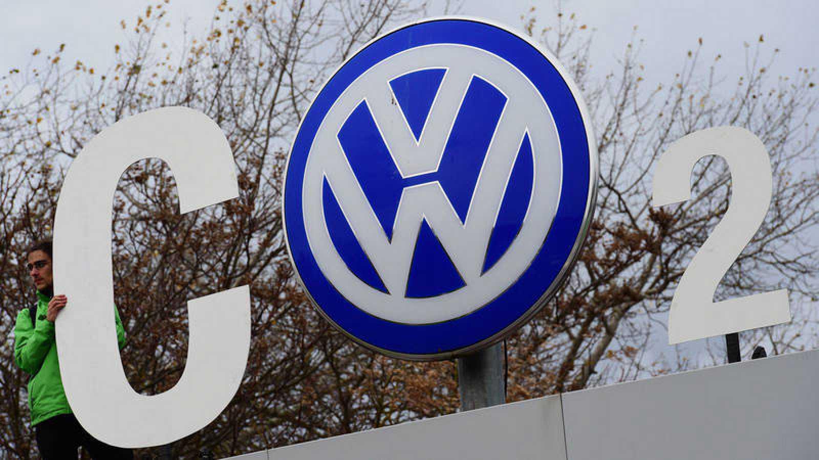 Imagen de archivo de varios activistas de Greenpeace protestando en la sede de Volkswagen de Wolfsburgo