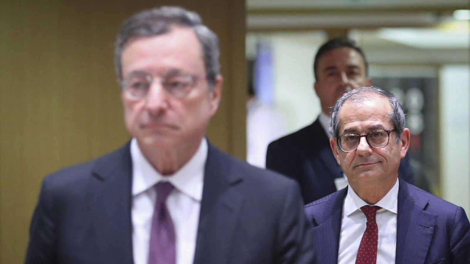 El presidente del BCE, Mario Draghi, y el ministro de Economía italiano, Giovanni Tria, durante la reunión de los ministros de Economía de la eurozona