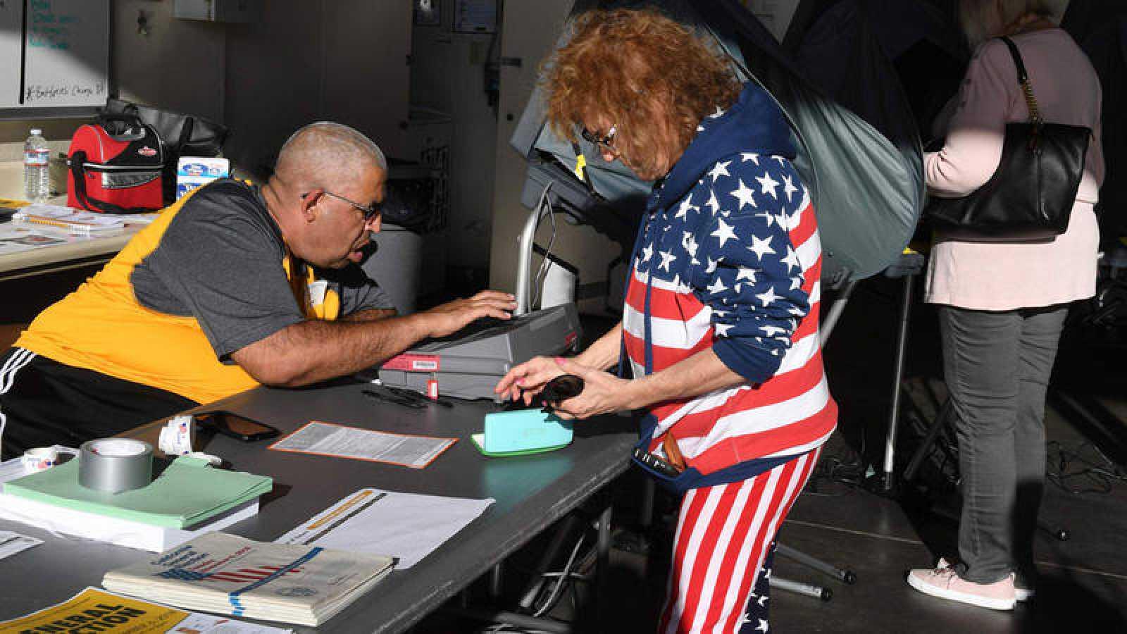 Una mujer vota en las legislativas estadounidenses en Californiia