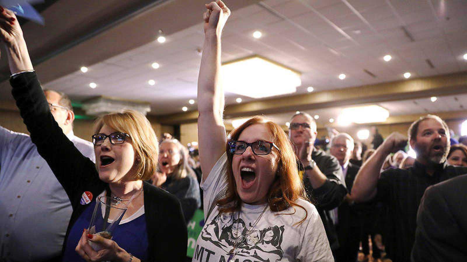 Dos mujeres muestran su júbilo ante los resultados en la noche electoral del Partido Demócrata en Des Moines (Iowa) . REUTERS/Scott Morgan
