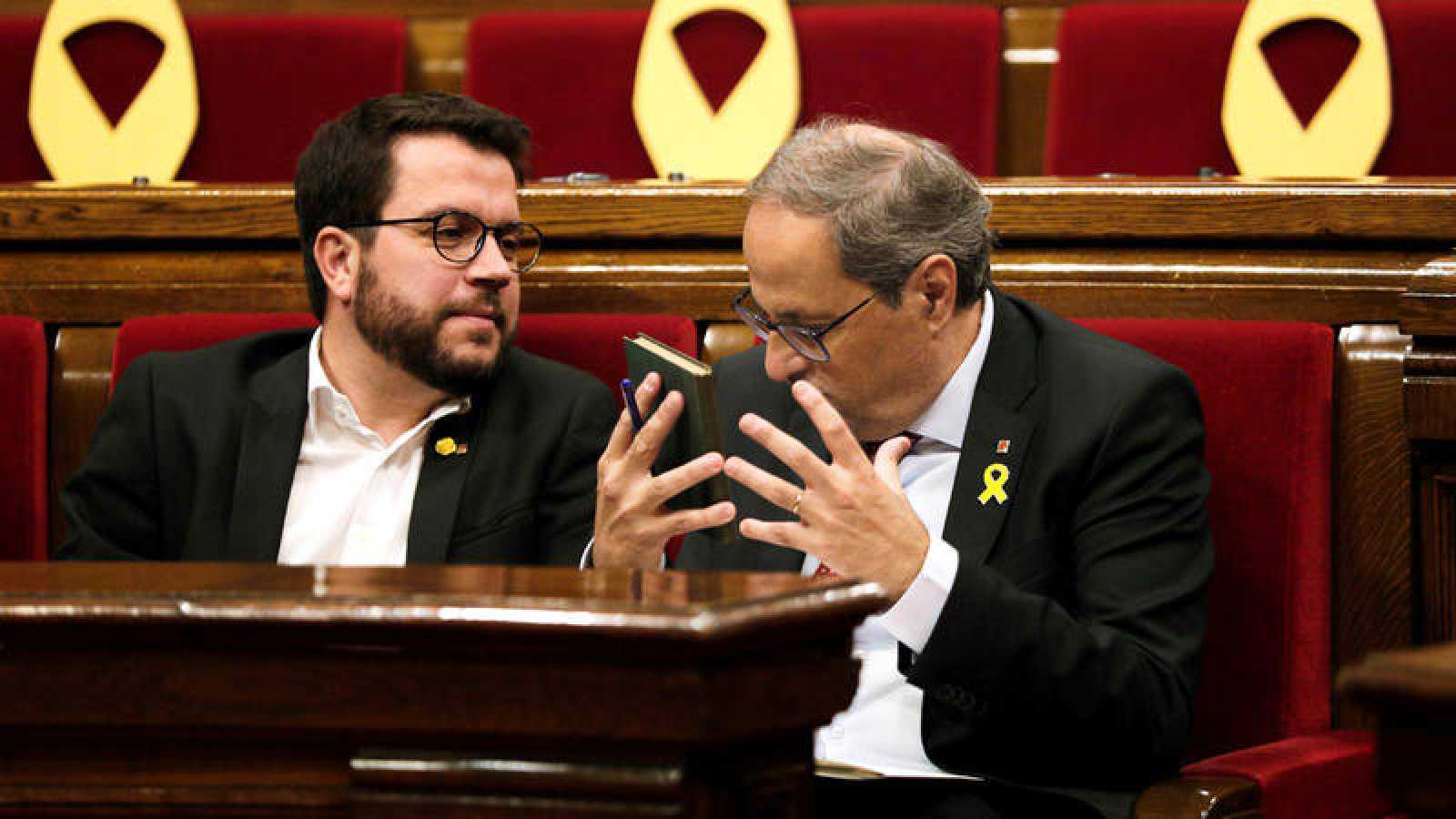 El presidente de la Generalitat, Quim Torra, habla con el vicepresidente del Govern y conseller de Economía, Pere Aragonès