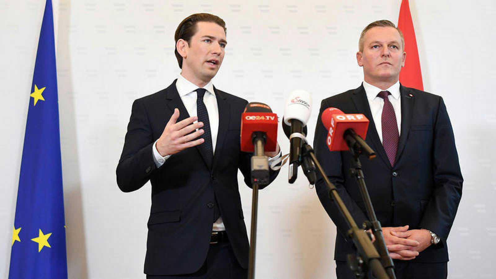 El canciller austriaco Sebastian Kurz (izq.) y el ministro de Defensa, Mario Kunasek, durante la rueda de prensa de este viernes en la que han respondido a las preguntas sobre el caso del coronel retirado sospechoso de haber espiado para Rusia duran