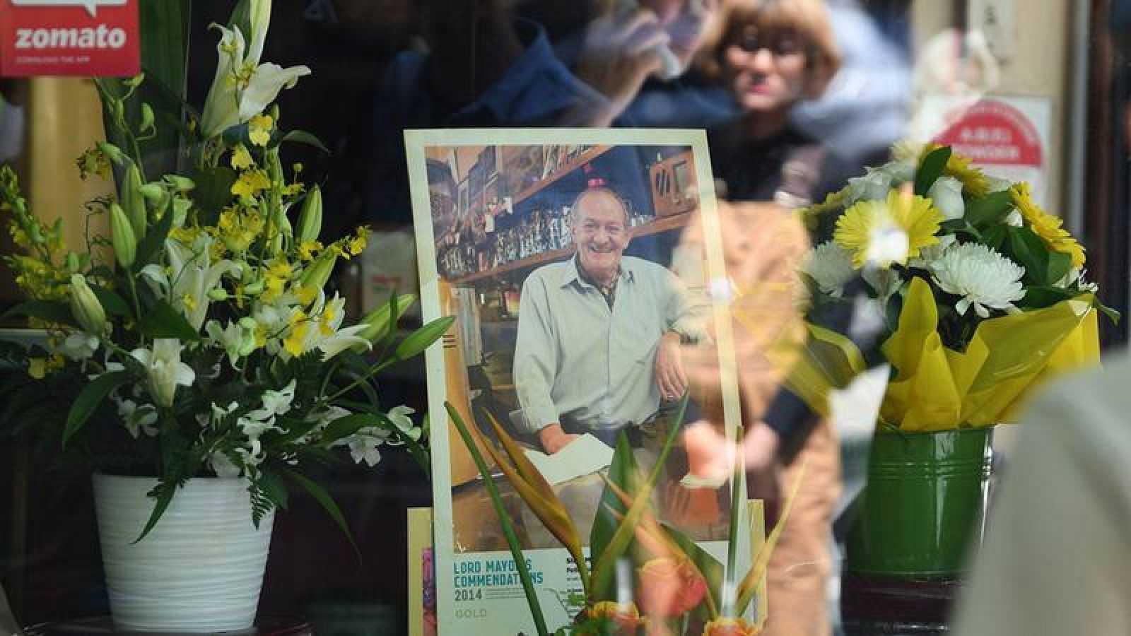 Flores y trubutos anónimos fuera del bar propiedad de Sisto Malaspina, víctima del ataque terrorista, en Melbourne