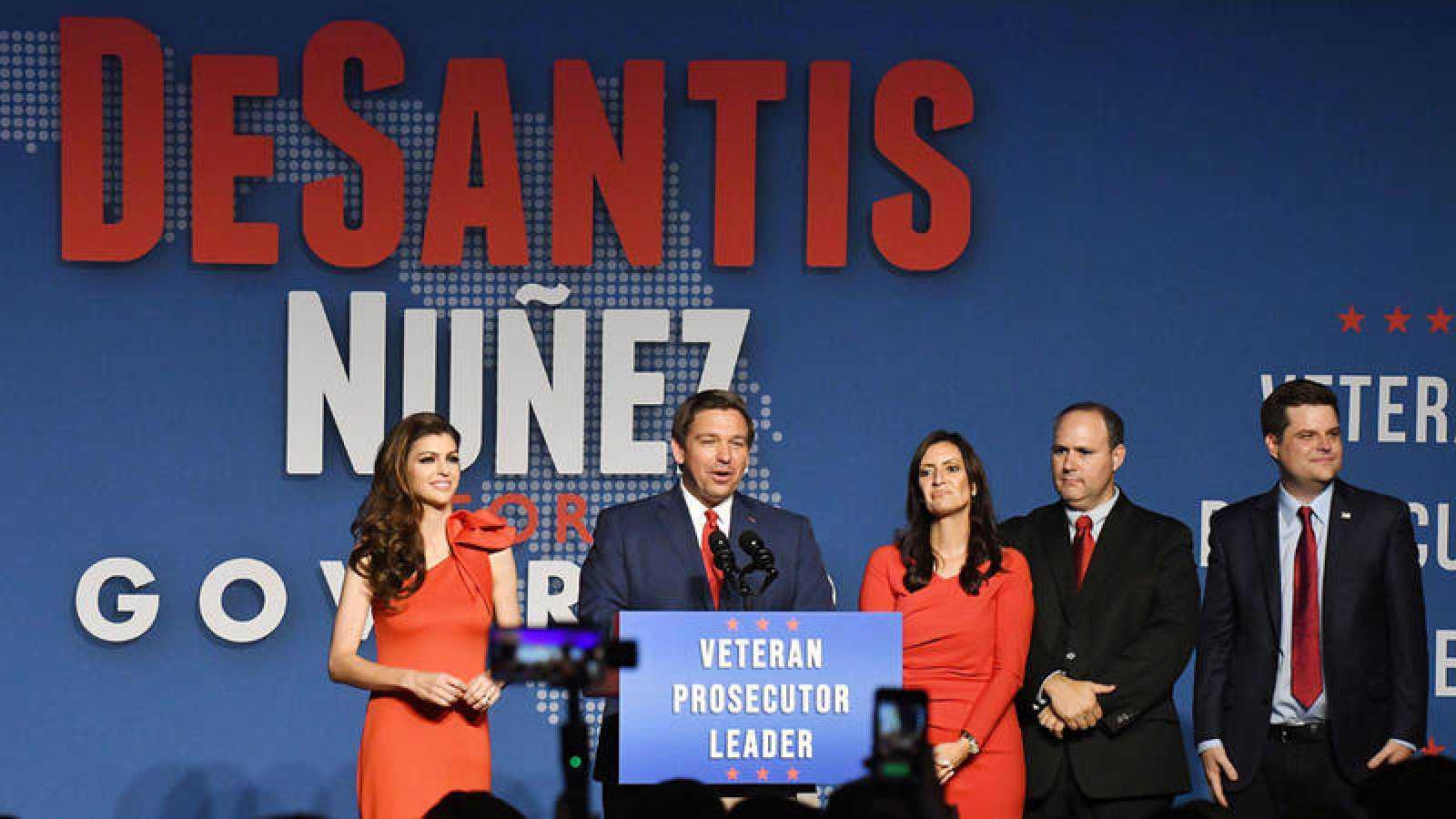 El gobernador republicano electo de Florida, Ron DeSantis, junto a su esposa, Casey, y la vicegobernadora electa, Jeannete Nuñez, y su esposo, Adrian