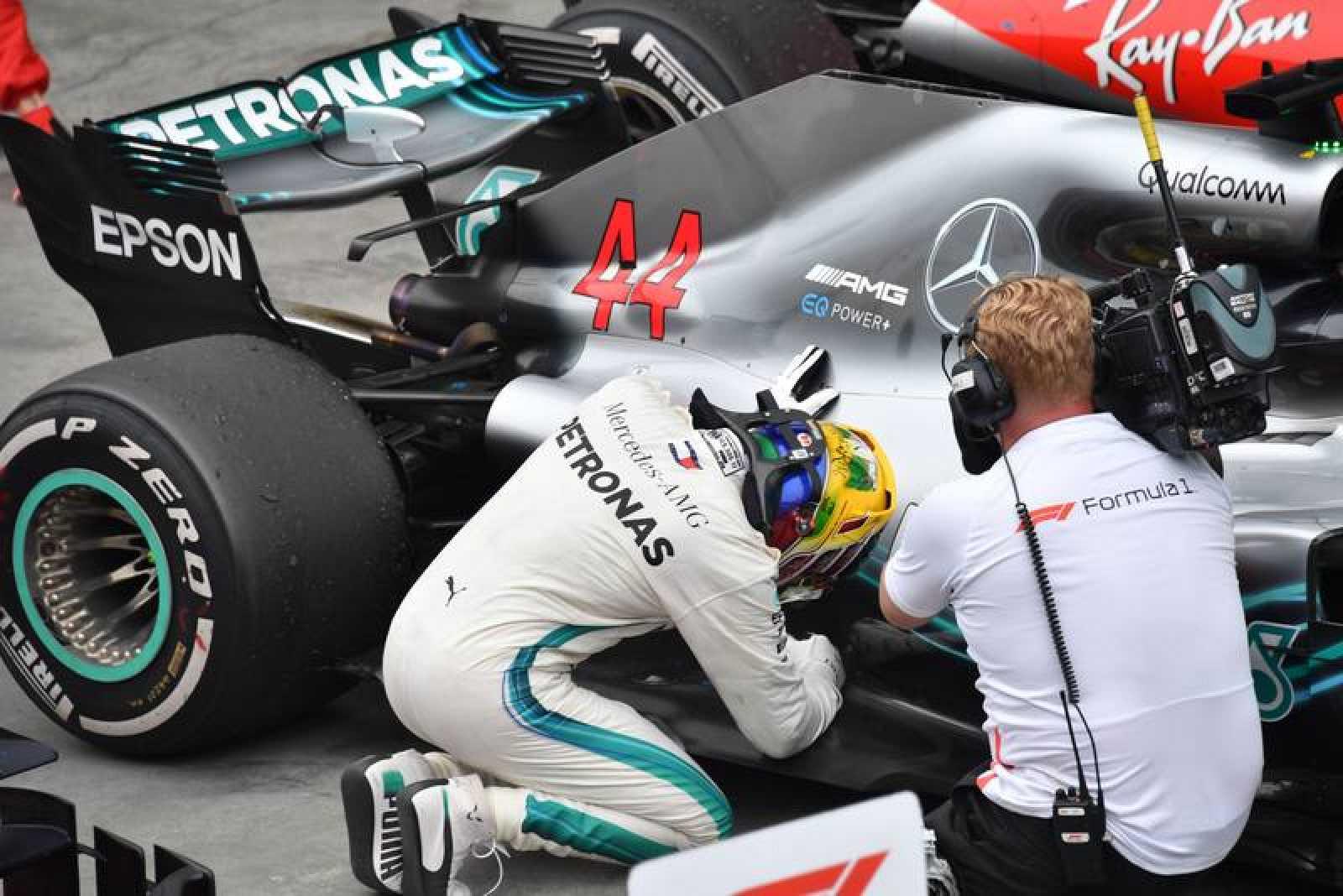 Lewis Hamilton celebra besando el chasis de su Mercedes la victoria en Brasil.